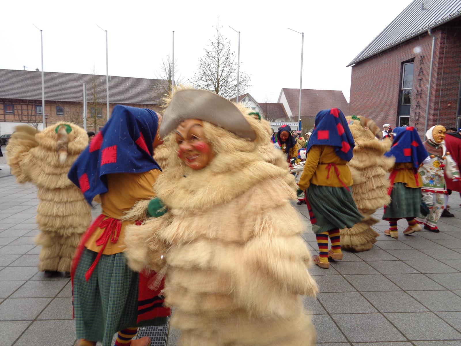 Der Strohbutz und das Schrättele tanzen vor dem Rathaus