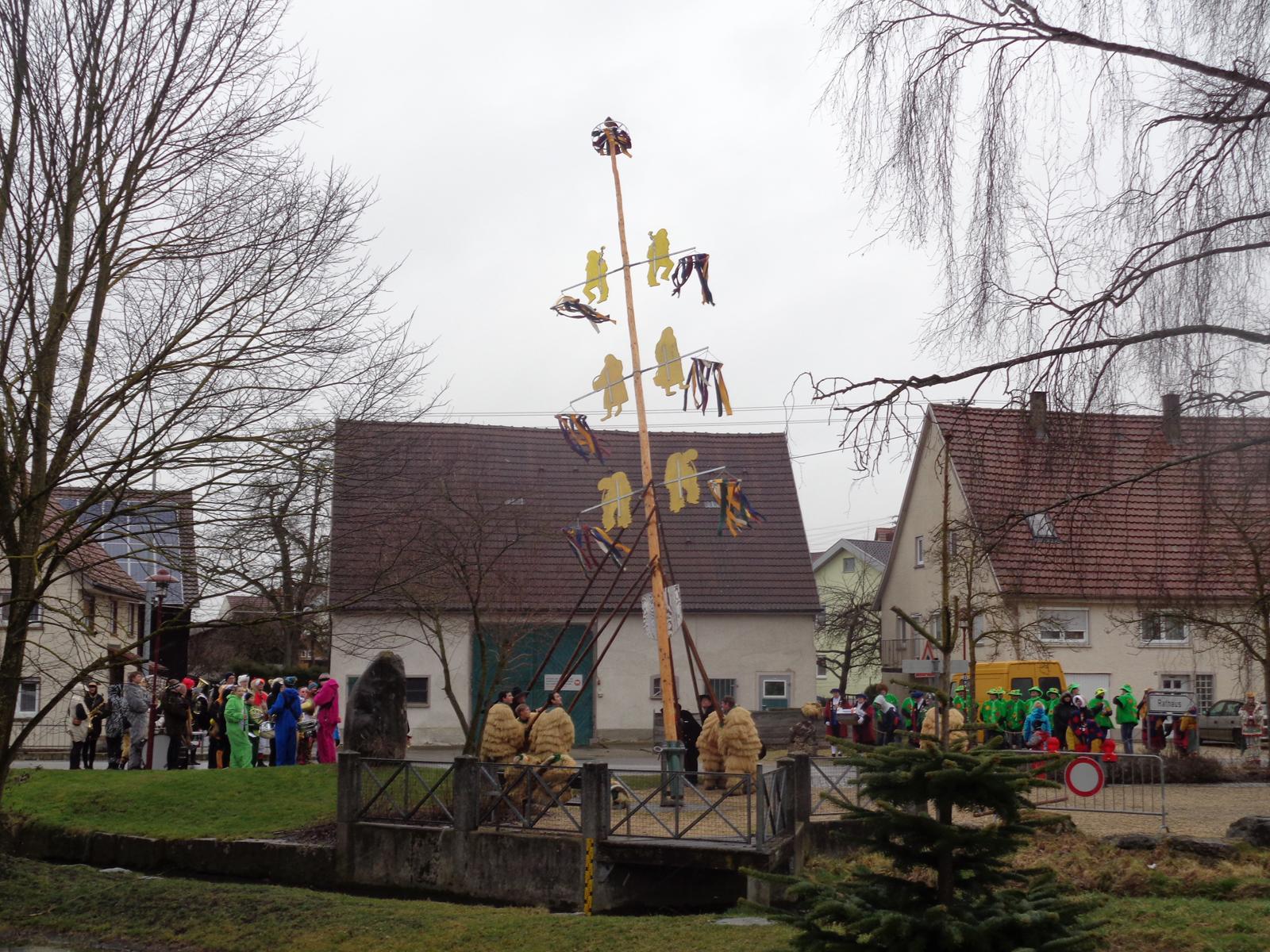 Der Narrenbaum wird vor dem Rathaus aufgestellt