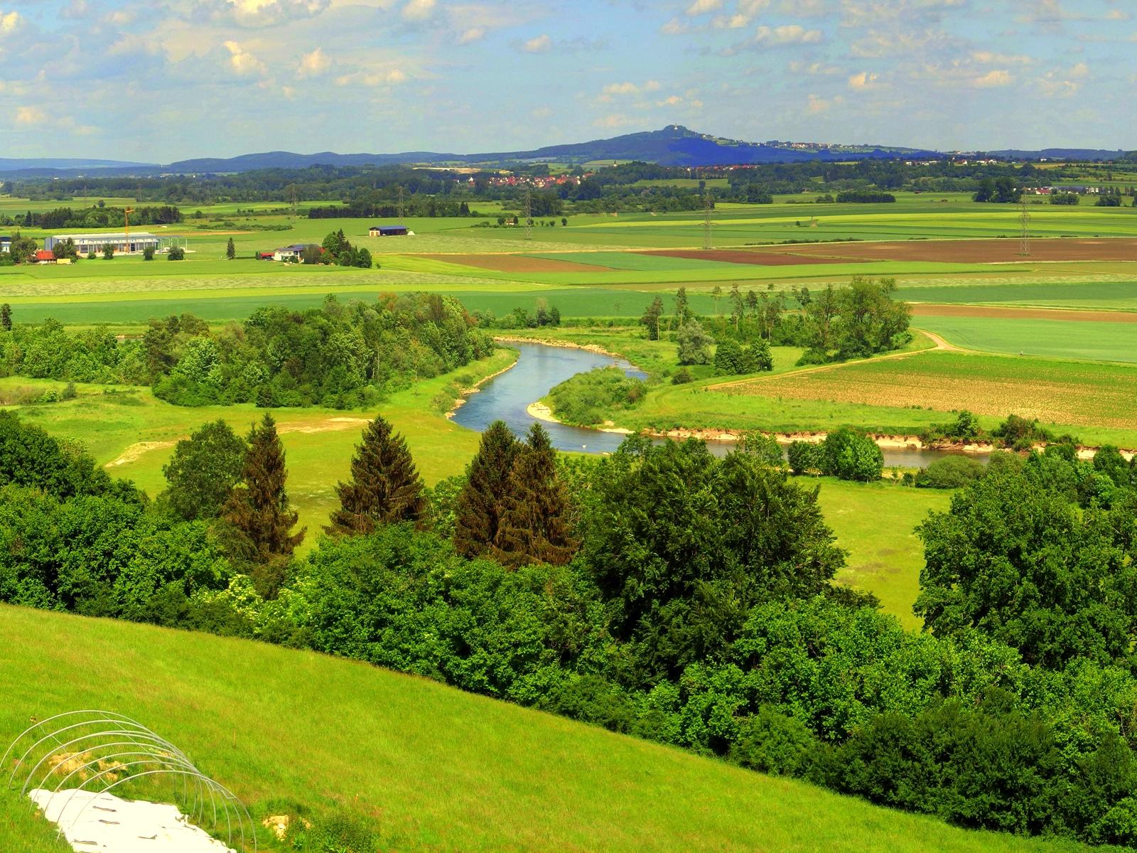 Blick auf den Flusslauf der Donau und den Bussen