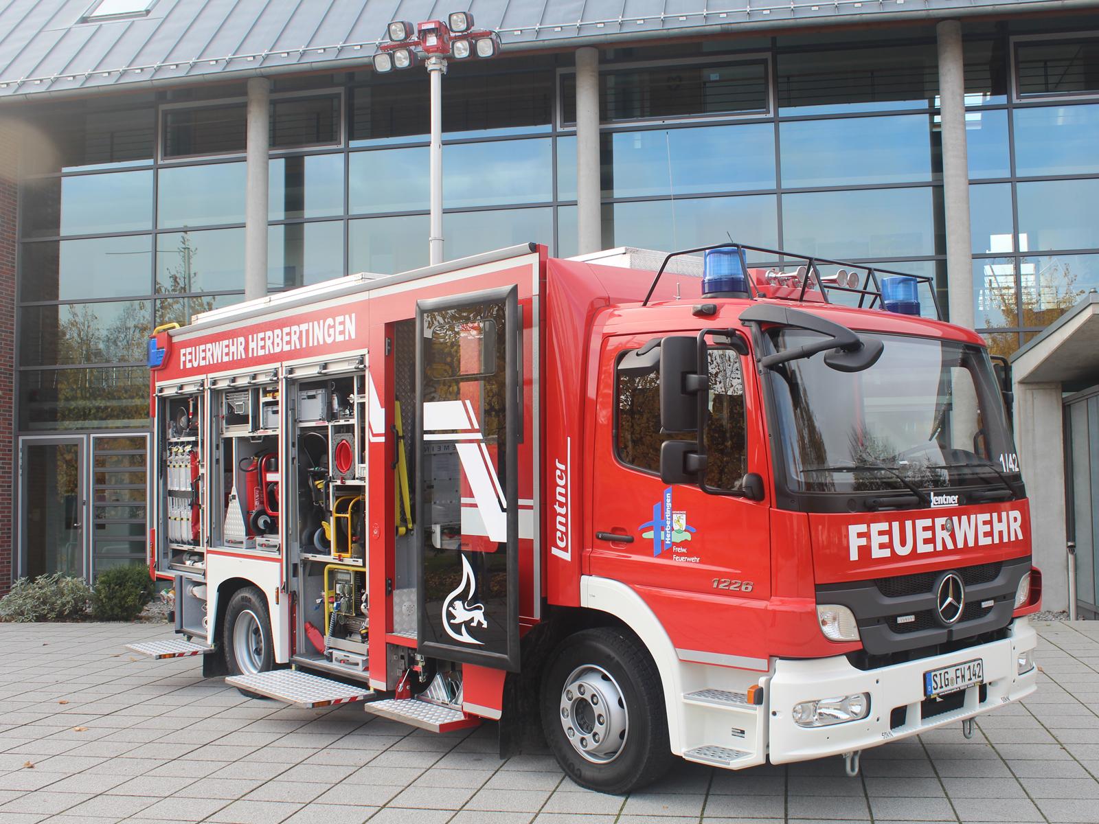 Feuerwehrauto vor dem Rathaus Herbertingen