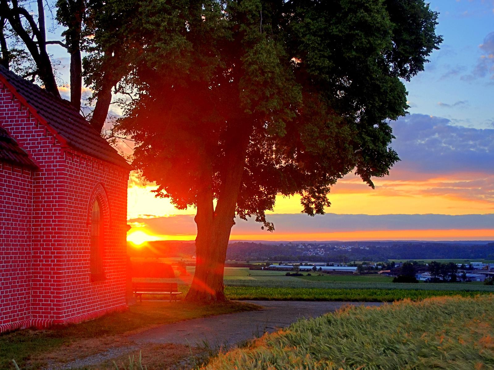 Blick auf die Lourdkapelle und einen Sonnenuntergang