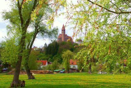 Blick auf die Kirche St. Martin in Hundersingen
