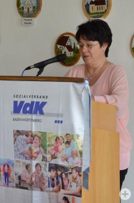 Annette Binder am Rednerpult beim Kaffeenachmittag des VdK